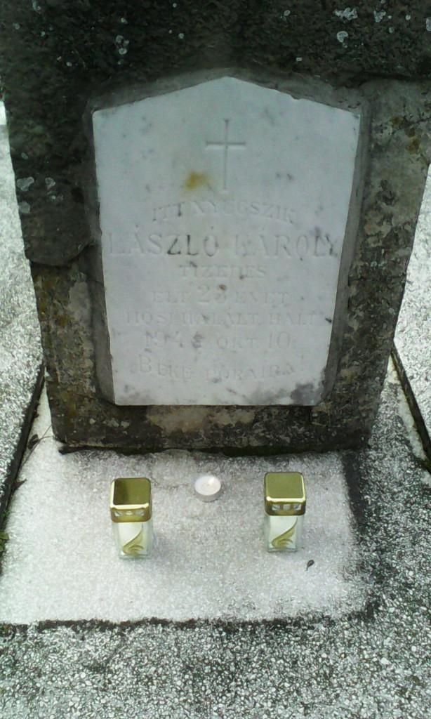 Mécsesgyújtás a lajosmizsei temetőben, a katonai síroknál